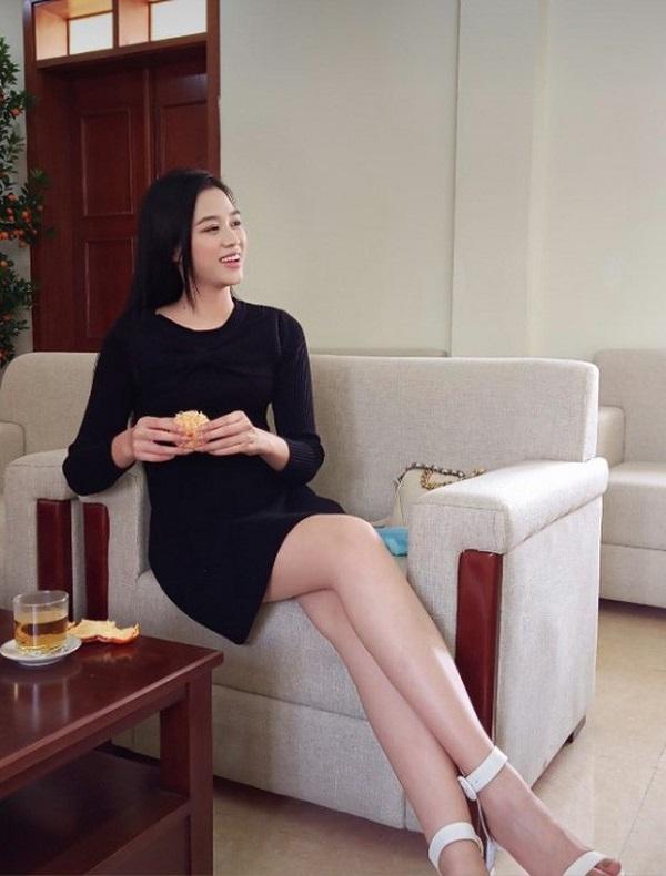 """""""Phát sốt"""" trước đôi chân dài miên man của Hoa hậu Đỗ Thị Hà trong ảnh về quê ăn tết đẹp hết nấc - Ảnh 2"""