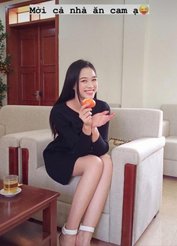 """""""Phát sốt"""" trước đôi chân dài miên man của Hoa hậu Đỗ Thị Hà trong ảnh về quê ăn tết đẹp hết nấc - Ảnh 1"""