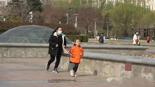Rơi nước mắt lý do phía sau hình ảnh bé gái 7 tuổi ngày nào cũng kiên trì chạy bộ 10km - Ảnh 1
