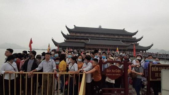 Hàng vạn người đổ xô đi lễ chùa Tam Chúc trong ngày cuối tuần  - Ảnh 2