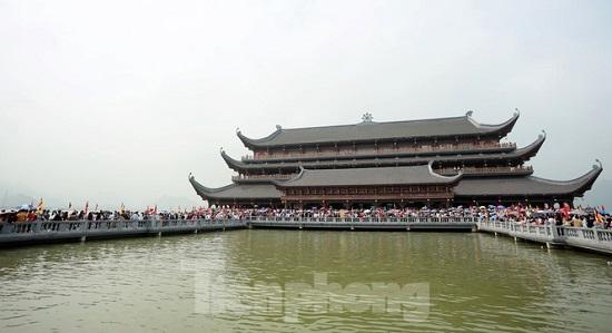 Hàng vạn người đổ xô đi lễ chùa Tam Chúc trong ngày cuối tuần  - Ảnh 4