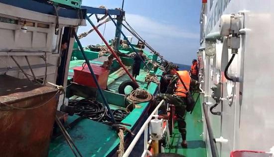 Nổ súng bắt tàu chở 3000 lít dầu lậu sau 40 phút truy đuổi trên biển  - Ảnh 1