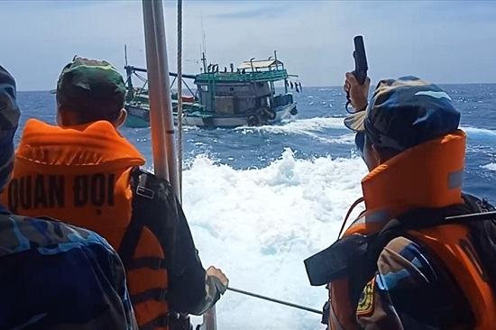 Nổ súng bắt tàu chở 3000 lít dầu lậu sau 40 phút truy đuổi trên biển  - Ảnh 2