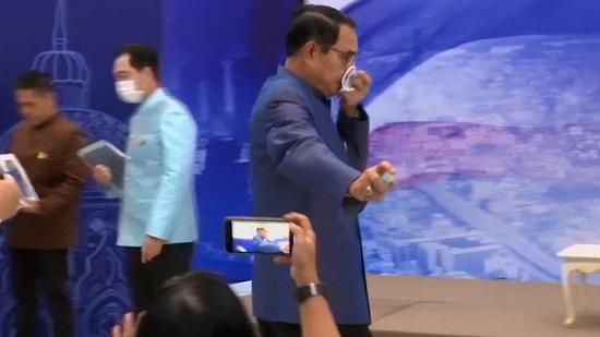 """Thủ tướng Thái Lan lên tiếng xin lỗi vụ việc """"xịt cồn vào phóng viên"""" - Ảnh 1"""