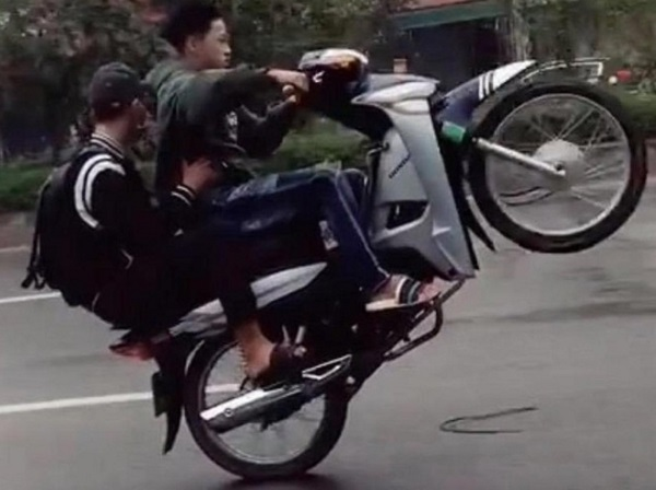 """Hà Nội: Xử phạt nam thanh niên """"bốc đầu"""" xe máy, khoe lên TikTok - Ảnh 1"""