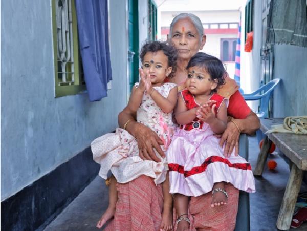 Người phụ nữ vỡ òa với niềm hạnh phúc lần đầu được làm mẹ ở tuổi 73 - Ảnh 2