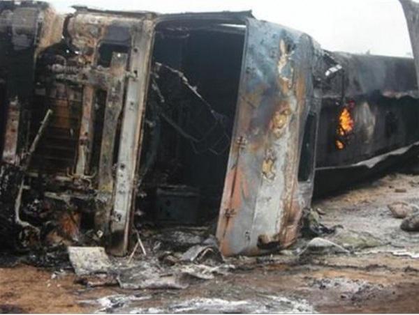 Xe tải hỏng phanh gây tai nạn giao thông nghiêm trọng, ít nhất 25 người thiệt mạng - Ảnh 1
