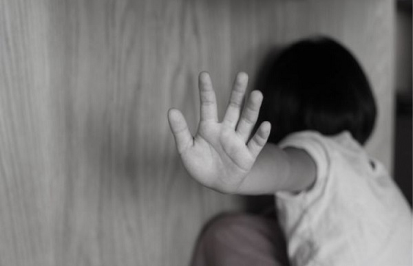Ba con gái đều bị cha dượng lạm dụng tình dục, mẹ biết chuyện nhưng phản ứng gây ngỡ ngàng - Ảnh 1