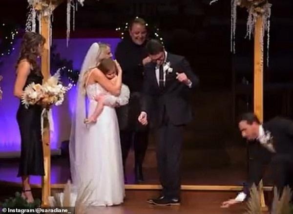 """Mẹ đăng video đám cưới nhưng bị con gái chiếm """"spotlight"""" vì có hành động quá đáng yêu - Ảnh 3"""