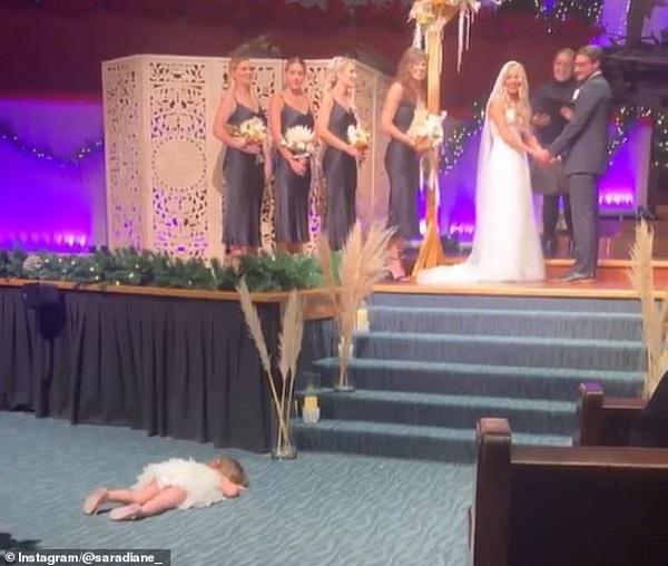 """Mẹ đăng video đám cưới nhưng bị con gái chiếm """"spotlight"""" vì có hành động quá đáng yêu - Ảnh 1"""