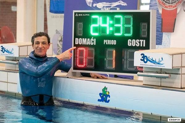 Người đàn ông 54 tuổi lập kỷ lục thế giới khi nín thở hơn 24 phút dưới nước - Ảnh 1