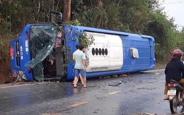 Xe khách lật nhào ở Kon Tum, 19 người bị thương - Ảnh 1
