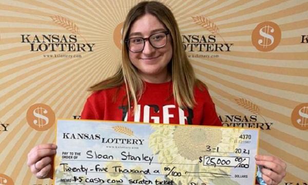 Ngỡ ngàng cô gái 18 tuổi trúng gần 580 triệu đồng ngay lần mua vé số đầu tiên - Ảnh 1