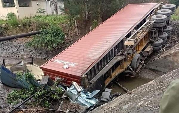 Quảng Ninh: Xe container mất lái lao xuống mương nước, tài xế tử vong  - Ảnh 1