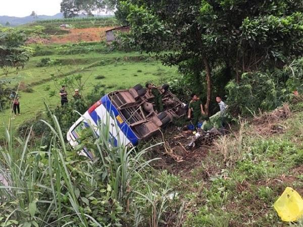 Va chạm với xe máy, ô tô chở công nhân lật ngửa khiến 1 người tử vong, 31 người bị thương - Ảnh 1