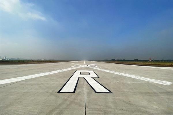 Bị sét đánh trúng, một đường băng sân bay Tân Sơn Nhất phải tạm đóng cửa gần 1 giờ - Ảnh 1