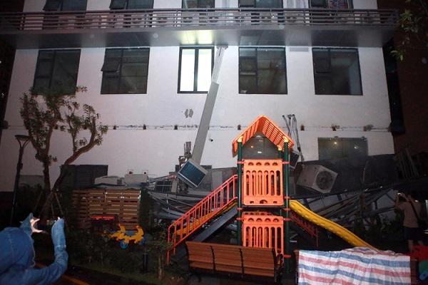 Hà Nội: Giàn điều hòa chung cư sập trong đêm, nhiều người dân hoảng loạn - Ảnh 1