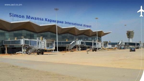 Máy bay hạ cánh nhầm xuống sân bay đang trong quá trình xây dựng - Ảnh 1