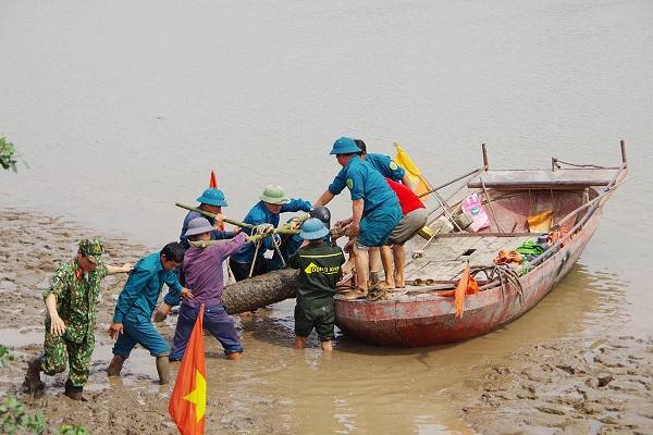 Phát hiện quả bom nặng gần 230kg ven sông Kinh Thầy khi đi bắt hến - Ảnh 1