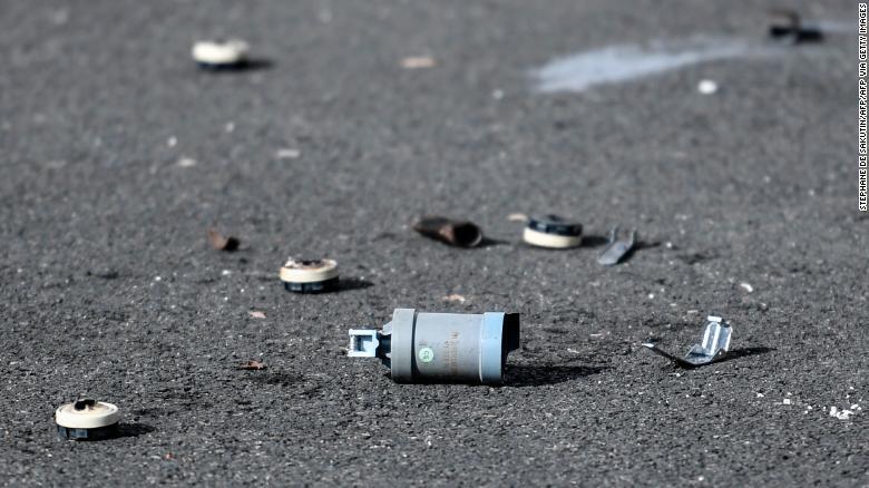 Nhóm 40 người tấn công bạo lực, liên tiếp bắn đạn pháo nhằm vào đồn cảnh sát ở Paris - Ảnh 1
