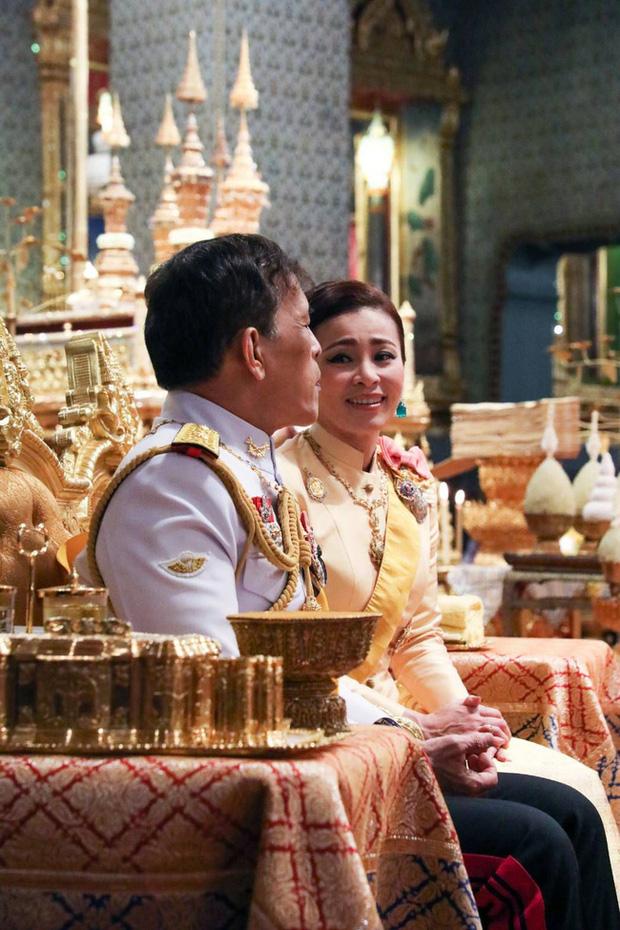 Xuất hiện tại sự kiện hoàng gia, Hoàng hậu Thái Lan khéo léo khẳng định vị thế trước Hoàng quý phi - Ảnh 1