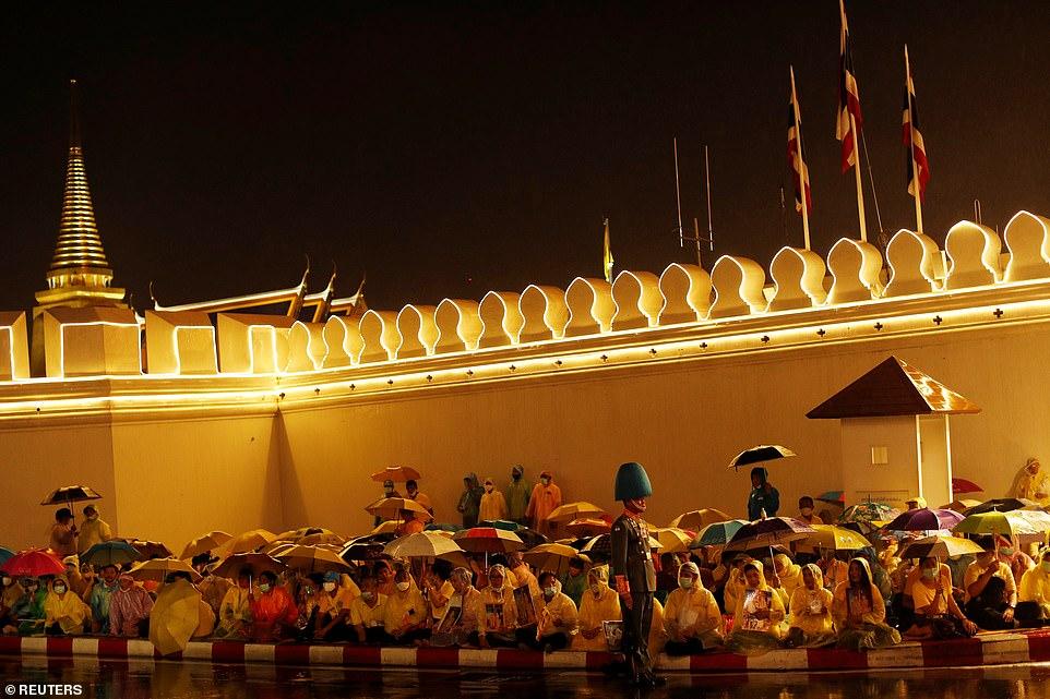 Xuất hiện tại sự kiện hoàng gia, Hoàng hậu Thái Lan khéo léo khẳng định vị thế trước Hoàng quý phi - Ảnh 10