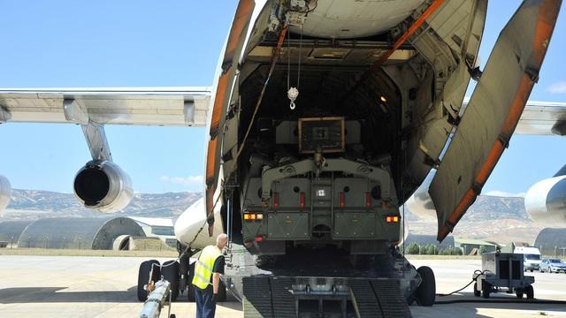 """Video: Thổ Nhĩ Kỳ phóng hệ thống phóng không """"Rồng lửa"""" S-400 của Nga bất chấp đe dọa trừng phạt từ Mỹ - Ảnh 1"""