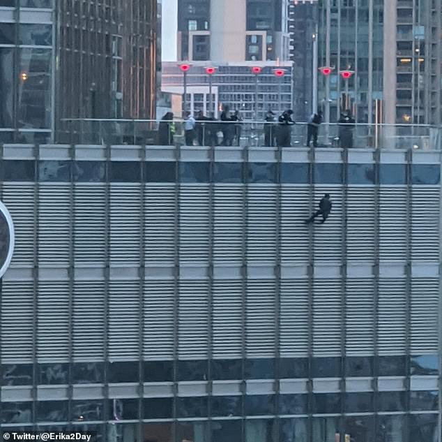 Bầu cử Mỹ 2020: Người ủng hộ treo mình ở tầng 16 tòa tháp Trump vì muốn được gặp tổng thống Mỹ  - Ảnh 2