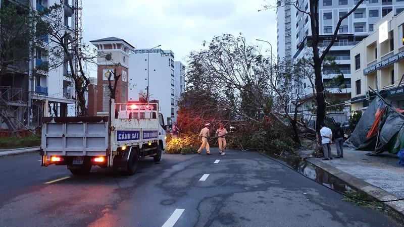 Đà Nẵng: Đường phố ngổn ngang, bờ biển tan hoang sau bão số 9 - Ảnh 3
