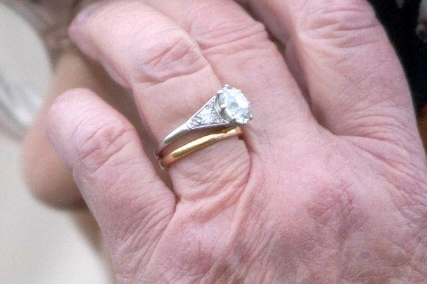 Chiếc nhẫn cưới đặc biệt của Nữ hoàng Anh ẩn chứa thông điệp bí ẩn chỉ 3 người biết  - Ảnh 2