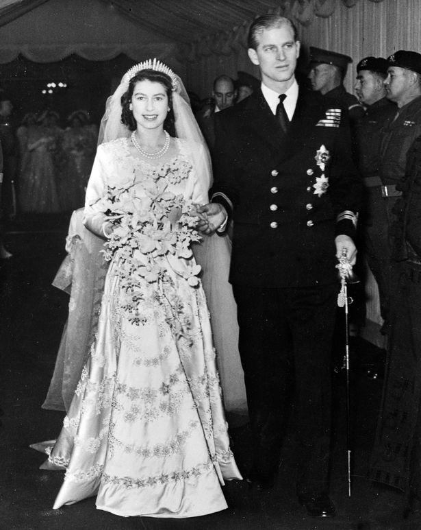 Chiếc nhẫn cưới đặc biệt của Nữ hoàng Anh ẩn chứa thông điệp bí ẩn chỉ 3 người biết  - Ảnh 1