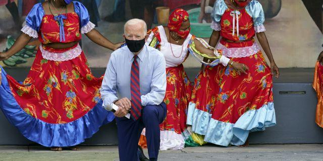 Lời bình luận gây tranh cãi của đại diện đảng Dân chủ với nhóm nữ sinh trong cuộc vận động tranh cử tại Miami - Ảnh 1