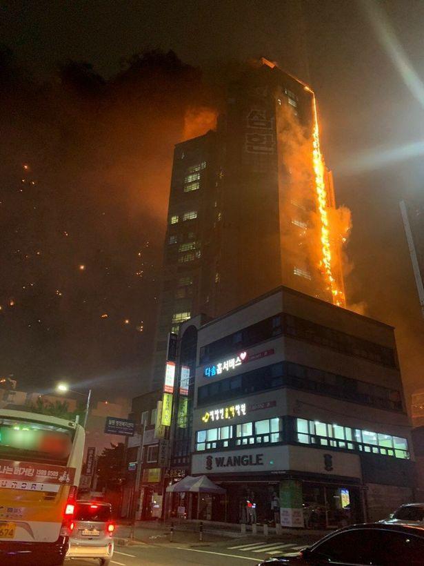 """Ảnh: Đám cháy lớn """"nuốt trọn"""" tòa chung cư 33 tầng ở Hàn Quốc  - Ảnh 3"""