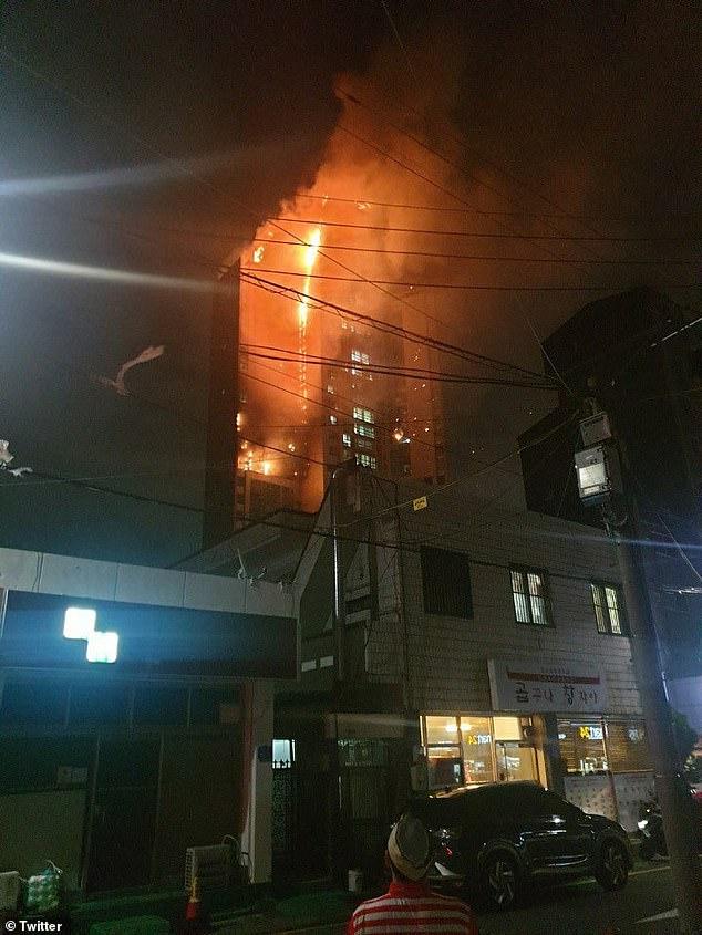 """Ảnh: Đám cháy lớn """"nuốt trọn"""" tòa chung cư 33 tầng ở Hàn Quốc  - Ảnh 7"""