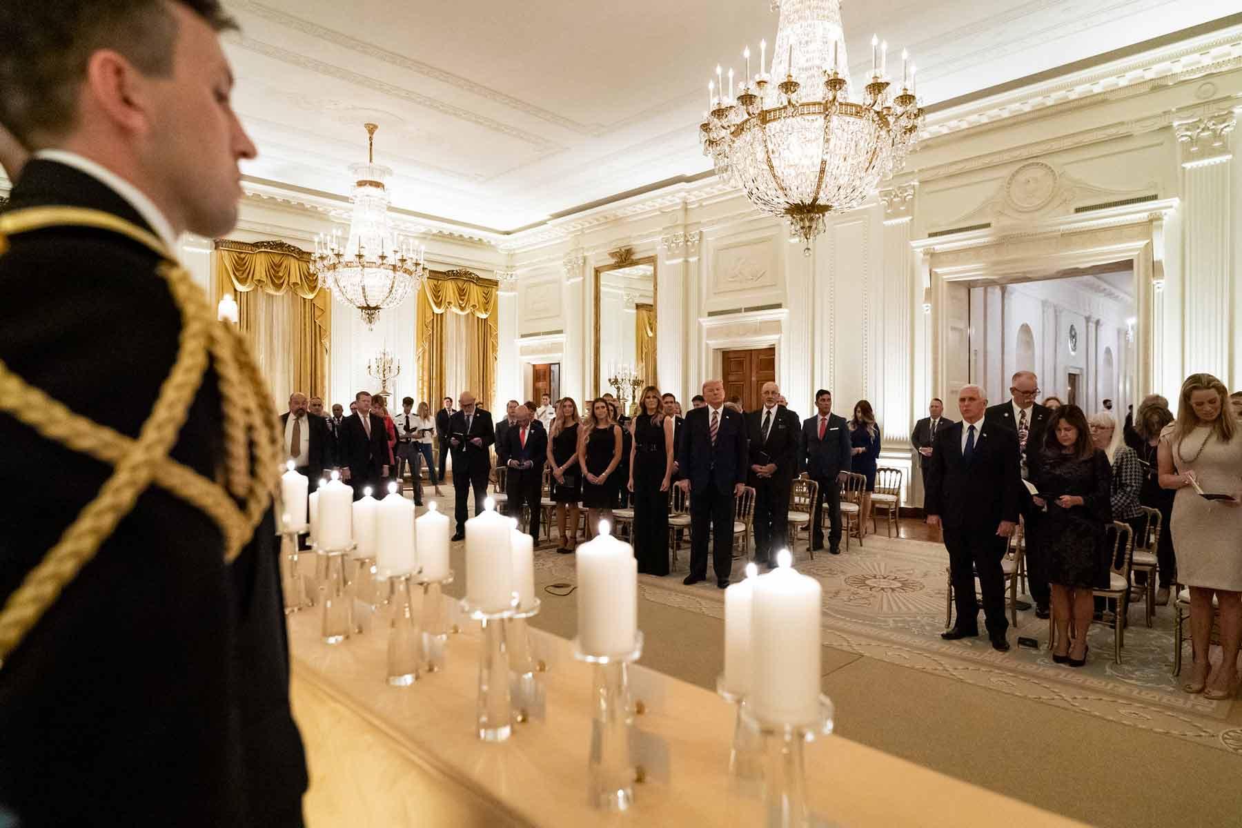 Tổng thống Trump lại gây tranh cãi trong lần đầu nói về nguyên nhân mắc COVID-19 - Ảnh 1