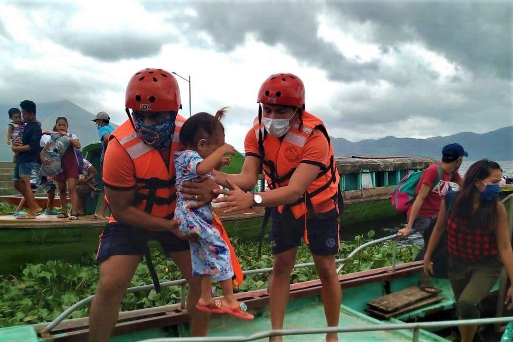 Siêu bão Goni bắt đầu suy yếu sau khi càn quét miền Trung Phillipines - Ảnh 2