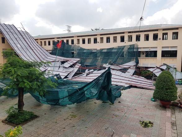 TP.HCM: Cảnh tượng ngổn ngang tại trường học sau cơn giông lốc nghiêm trọng - Ảnh 2