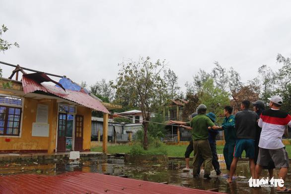 Xót xa cảnh cả nghìn căn nhà bay mái sau đêm bão số 13 quần thảo ác liệt - Ảnh 4
