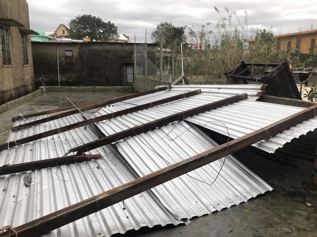 Xót xa cảnh cả nghìn căn nhà bay mái sau đêm bão số 13 quần thảo ác liệt - Ảnh 6