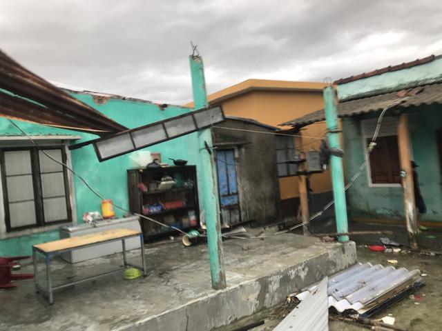 Xót xa cảnh cả nghìn căn nhà bay mái sau đêm bão số 13 quần thảo ác liệt - Ảnh 1