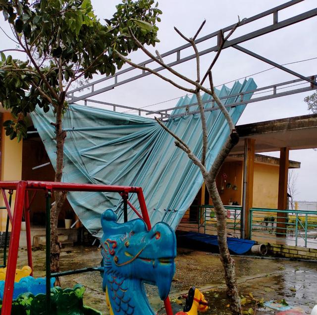 Xót xa cảnh cả nghìn căn nhà bay mái sau đêm bão số 13 quần thảo ác liệt - Ảnh 8