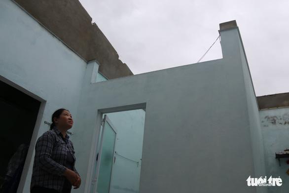 Xót xa cảnh cả nghìn căn nhà bay mái sau đêm bão số 13 quần thảo ác liệt - Ảnh 2