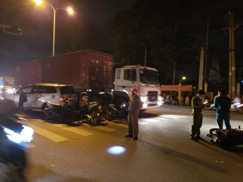 Dừng đèn đỏ, ô tô tông liên tiếp 10 xe máy - Ảnh 4