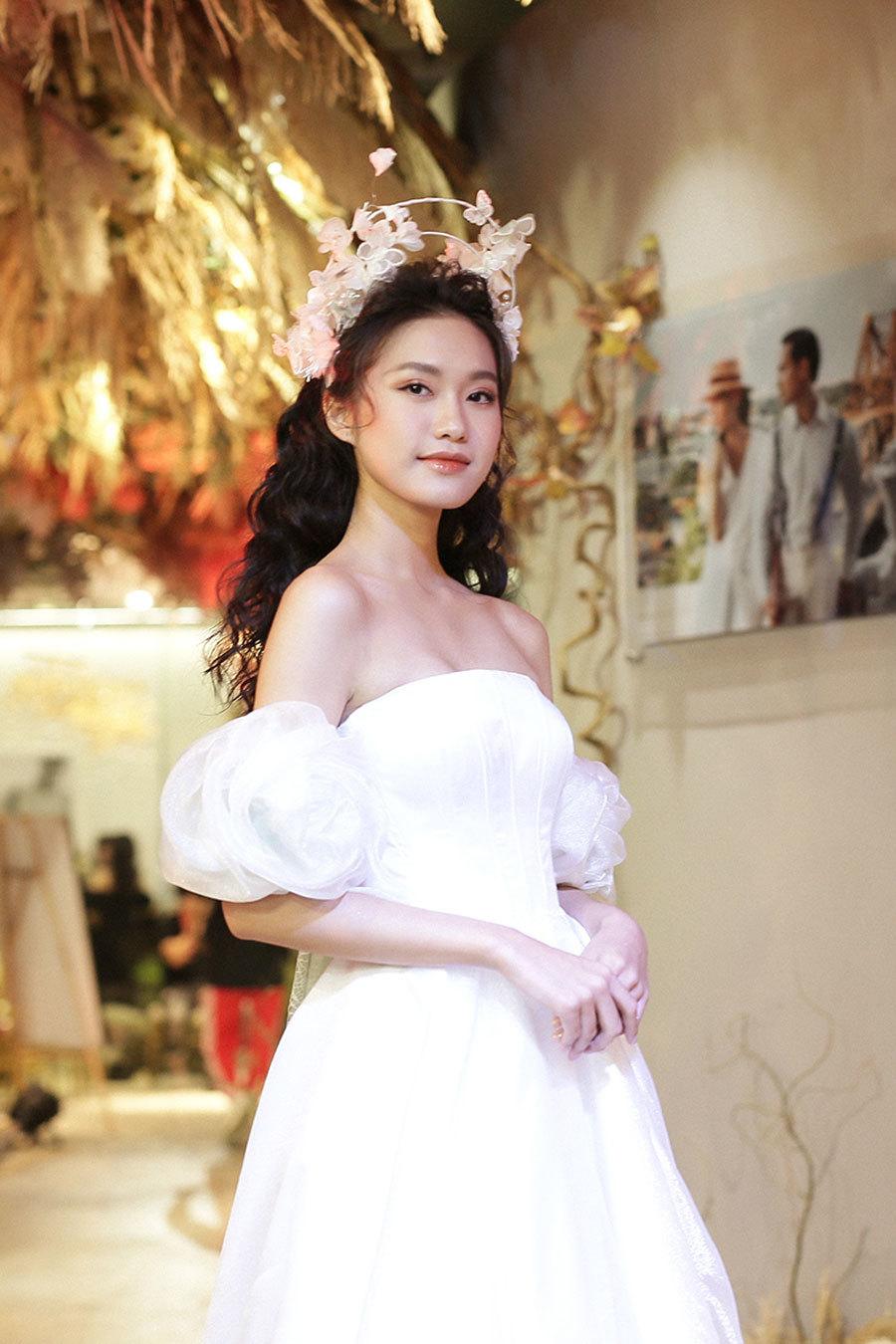 """""""Bạn gái tin đồn"""" trình diễn váy cưới, Đoàn Văn Hậu tới cổ vũ - Ảnh 1"""