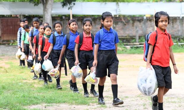 Trường học Ấn Độ thu học phí bằng rác thải nhựa, học sinh được trả tiền khi đi học - Ảnh 1