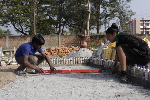 Trường học Ấn Độ thu học phí bằng rác thải nhựa, học sinh được trả tiền khi đi học - Ảnh 2