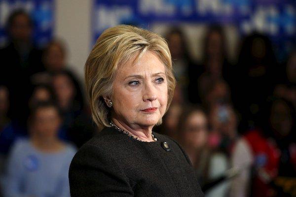 """Bà Hillary Clinton chỉ trích những nghị sĩ đảng Cộng hoà ủng hộ ông Trump là """"yếu đuối"""" - Ảnh 1"""
