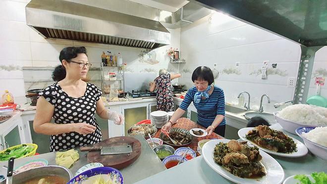 Chủ quán cơm 6 năm đón sinh viên tới ăn, ở miễn phí  - Ảnh 1