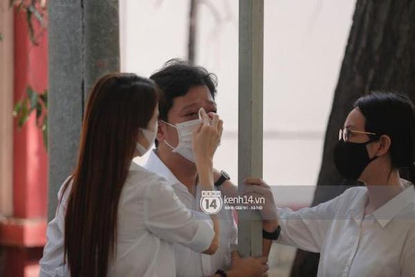 """Vợ chồng Trường Giang - Nhã Phương """"khóc nấc từng cơn"""" trong lễ viếng danh hài Chí Tài - Ảnh 3"""