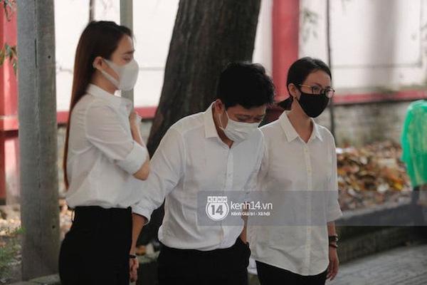 """Vợ chồng Trường Giang - Nhã Phương """"khóc nấc từng cơn"""" trong lễ viếng danh hài Chí Tài - Ảnh 5"""